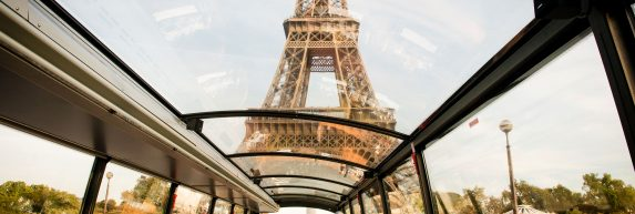 Voyage gourmand dans les rues de Paris devant la Tour Eiffel