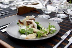 Chiffonnade de champignons de Paris et truite fumée , fromage battu et fines herbes