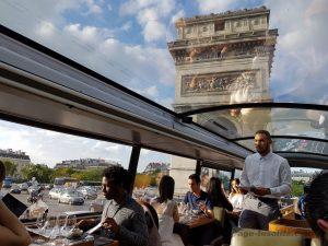 """Blog """"Voyage Insolite"""" Paris avec le Bustronome devant l'Arc de Triomphe"""