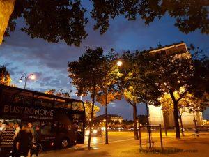 """Blog """"Voyage Insolite"""" à Paris dans le Bustronome devant l'Arc de Triomphe la nuit"""