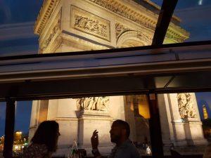 """Blog """"Voyage Insolite"""" à Paris avec le Bustronome devant l'Arc de Triomphe en soirée"""