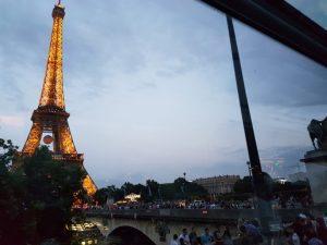 """Blog """"Voyage Insolite"""" à Paris avec le Bustronome devant la Tour Eiffel au coucher de soleil"""